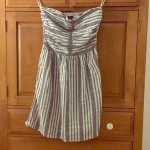Strapless linen dress with buttons and pockets.